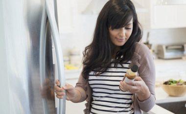 Tre ushqimet më të rrezikshme teksa mbahen në frigorifer