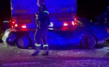 Shoferi ndërroi jetë, shihni pamjet horror të makinës që u shtyp nga kamioni (VIDEO)