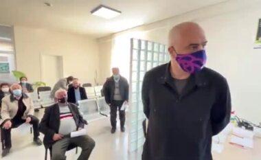 """""""Kush nuk të voton ty, mos i bëftë hajër vaksina"""", Rama batuta me të moshuarin (VIDEO)"""