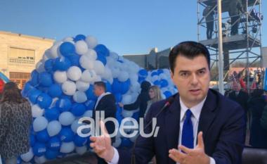 """Pamje nga sheshi """"blu"""", demokratët festojnë me tullumbace e brohorima (FOTO LAJM)"""