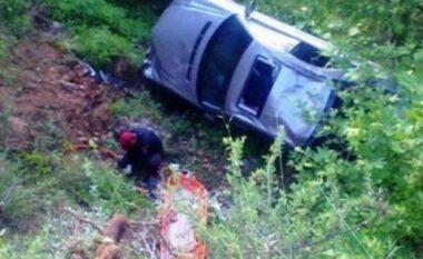 Bie një makinë në greminë në aksin Cërrik-Gramsh, dy të plagosur