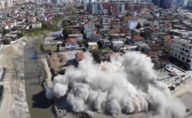 Tirana në tym, shihni si u shemb me 10 kg tritol pallati gjigant në Astir (VIDEO)