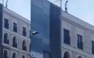 E rëndë në kryeqytet: E reja kërcënon se do të hidhet nga tarraca e hotelit (VIDEO)