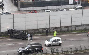 Kthehet përmbys makina në Tiranë