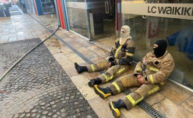 Dorëzohen zjarrëfikësit, marrin qentë për të kërkuar Arjan Salën në magazinën e shkrumbuar (FOTO LAJM)