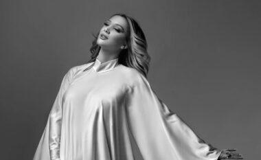 Pozon me barkun e rrumbullakosur, moderatorja shqiptare: S'kam qenë kurrë më e bukur (FOTO LAJM)