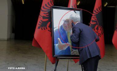 Fatmir Xhafaj puth foton e të ndjerit Bashkim Fino gjatë homazheve në nder të tij (FOTO LAJM)