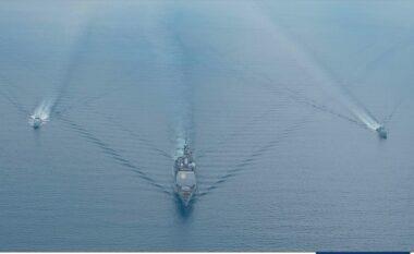 Tri anije manovrojnë në brigjet shqiptare, ambasada e SHBA-ve nxjerr pamjet