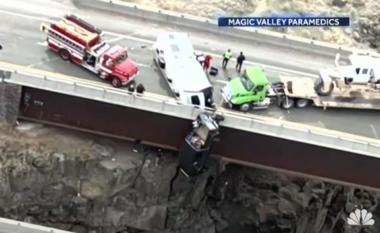 Makina varet kokposhtë nga ura, shpëtojnë mrekullisht dy të moshuarit dhe qentë e tyre (VIDEO)