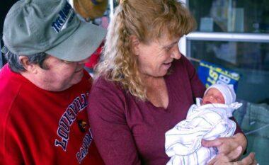 Ndodh mrekullia, gruaja mposht tumorin dhe sjell në jetë djalin në moshën 57 vjeçare