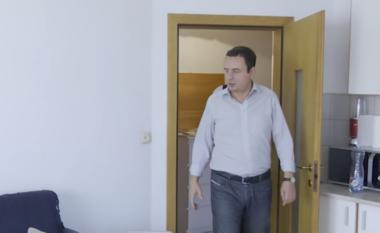 Kurti ndërron vendbanim, nga banesa del në një shtëpi me qira (VIDEO)