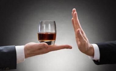 Një gotë që të flesh më mirë? Bie miti për alkoolin para gjumit