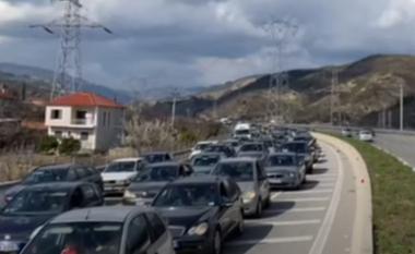 Radhë kilometrike në hyrje të Elbasanit, qindra qytetarë dynden për të festuar Ditën e Verës (VIDEO)