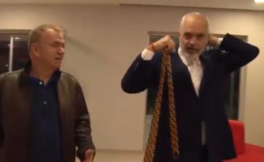"""Rama kapet """"mat"""" para emisionit, shihni çfarë po bënte kryeministri (VIDEO)"""