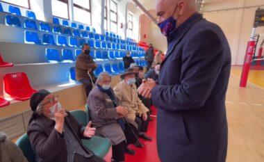 Për të mos u humbur! E moshuara- Ramës: Iu thaftë goja kush ju shan juve! (VIDEO)