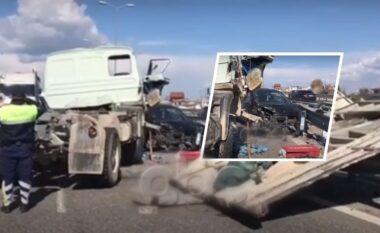 Pjesa e parë e makinës e shkërrmoqur, pamjet nga aksidenti i frikshëm në Kavajë (VIDEO)