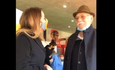 """Reshat Arbana vaksinohet kundër COVID-19, por """"ankohet"""" te Manastirliu: Na grinë me fotografi (VIDEO)"""