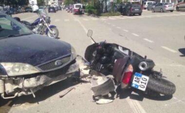 Makina përplas motorin, drejtuesi dërgohet me urgjencë në spital