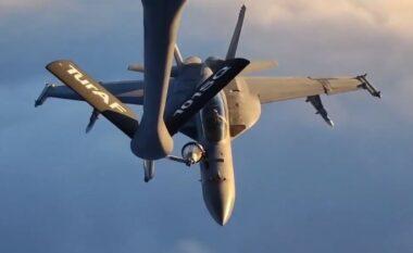Avioni turk furnizon me karburant avionët luftarakë amerikanë gjatë fluturimit (VIDEO)