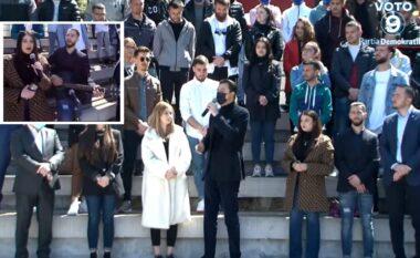 """Nuk mund të ndodhte ndryshe: Të rinjtë e Korçës """"ia marrin serenatës"""" për Bashën (VIDEO)"""