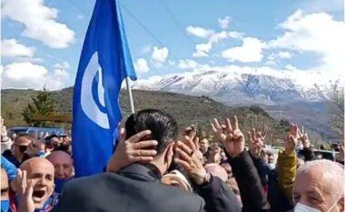 Basha pritet me brohoritje në Gjirokastër, qytetari i varet në qafë për ta puthur (VIDEO)