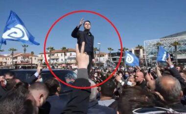 Rrethohet nga njerëzit, Basha hipën mbi makinë në Kavajë