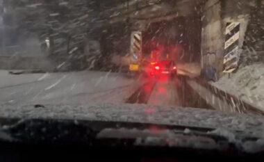 Mbyllet rruga në Qafë Plloçë, stuhia e dëborës bllokon disa automjete