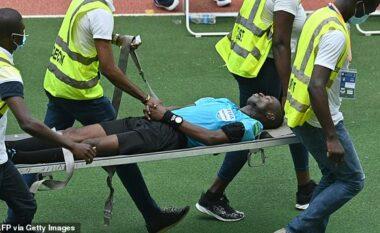 Gjyqtari sëmuret në ndeshjen e Kupës së Botës, del nga fusha me barelë (VIDEO)