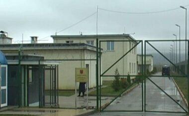 Tentoi të fuste drogë në burg, arrestohet një person