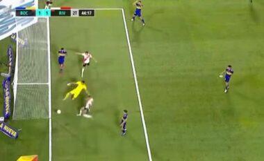 """""""Ishte Maradona ai që e largoi"""", shikoni trajektoren e pabesueshme që merr topi në Boca – River (VIDEO)"""