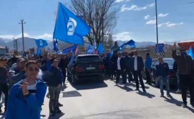 Korçarët presin me brohoritje Bashën, harrojnë maskat dhe distancën (VIDEO)