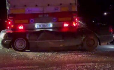 Albeu: Shoferi ndërroi jetë, shihni pamjet horror të makinës që u shtyp nga kamioni (VIDEO)