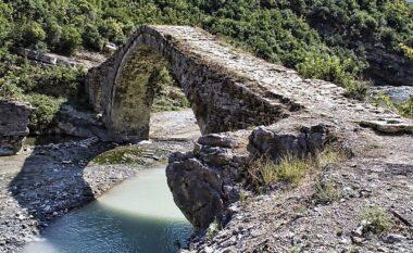 E rëndë në Përmet, 60 vjeçari vetëhidhet nga ura dhe gjen vdekjen