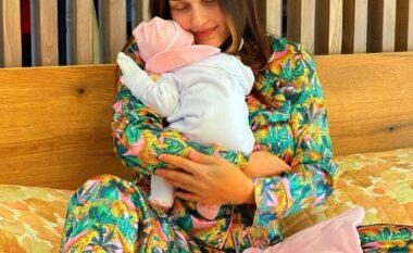 Me foton e parë si nënë, Eliona zbulon emrin e veçantë të bebushes (FOTO LAJM)
