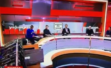 Gazetarit i bie mbi kokë ekrani gjigant gjatë transmetimit LIVE (VIDEO)