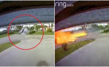 Aeroplani sportiv rrëzohet mbi makinën në lëvizje, humbin jetën nënë e bir (VIDEO)