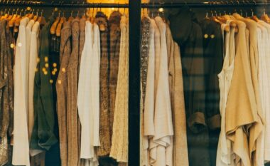 Si të krijoni një garderobë me gjëra që mund t'i vishni përgjithmonë