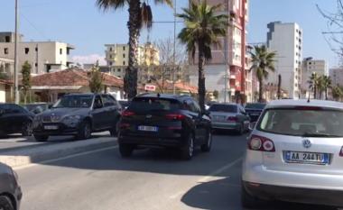 Qytetarët dynden drejt Durrësit, trafik dhe shkelje e masave anti-Covid (FOTO LAJM)