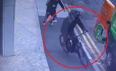 Si në filma, hajduti mbi  biçikletë i merr celularin nga dora qytetarit (VIDEO)