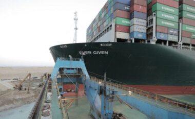 """Prej ditësh e bllokuar, anija """"Ever Given"""" nis zhvendosjen drejt bregut"""