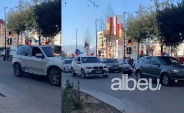 """Rrugët ziejnë nga makinat """"blu"""", shihni çfarë ndodh në Tiranë (VIDEO)"""