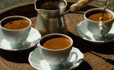 Cilët njerëz nuk duhet të konsumojnë kafe turke dhe çfarë u shkakton në organizëm