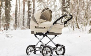 Arsyet pse prindërit nga vendet e ftohta i lënë fëmijët të flenë në natyrë