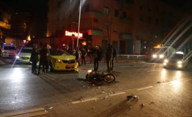 Përplaset taksia dhe motorri në Tiranë