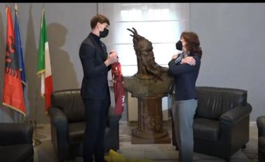 Kumbulla nga ambasada e Shqipërisë në Romë: Krenari për mua të jem shembull për shqiptarët në Itali (VIDEO)