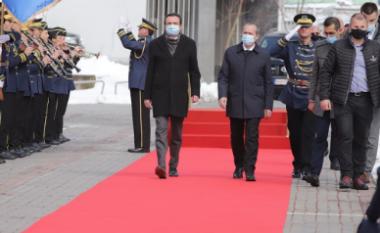 Kurti arrin në Qeveri, Avdullah Hoti ia dorëzon detyrën e kryeministrit