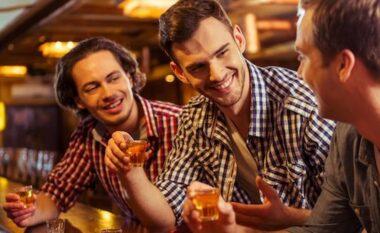 Këshilla për djemtë: 3 gabime që nuk duhet të bëni kur porosisni një pije