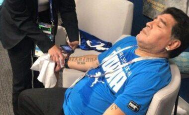 Dalin fakte të reja tronditëse: Mjekët e mbanin Maradonën me duar të lidhur në krevat