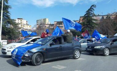 Me flamuj dhe bori, demokratët nisin festën para çeljes së fushatës zgjedhore