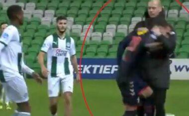 Moment interesant në Holandë, trajneri kap dhe rrëzon në tokë lojtarin kundërshtar (VIDEO)